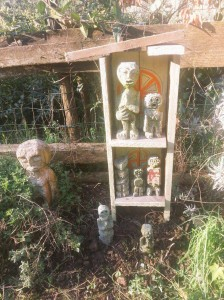 filippo biagioli piccolo altare con figure da preghiera e ciotole rituali giardino tribale serravalle pistoiese