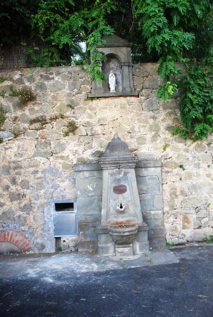 Nicchia e fontanello Per Giorgio arte internazionale a Massa pt