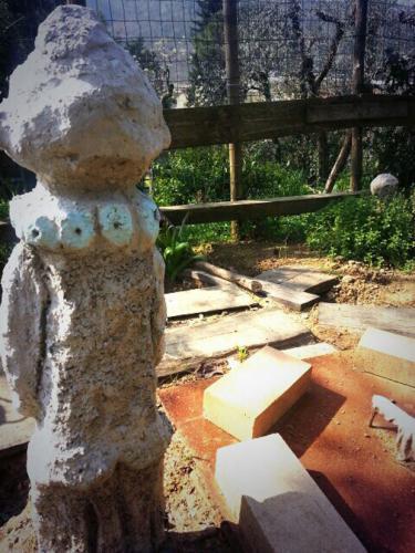 feticcio in calcestruzzo filippo biagioli giardino tribale podere la fornace serravalle p se